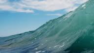 Leuchtendes wunderschönen wave POV als Welle bricht über die Kamera auf flachen Sandstrand in der kalifornischen Sonne. Shot in slowmo auf der Red Dragon im 300FPS.