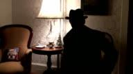 Retroilluminazione uomo parlando
