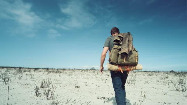 Rucksacktourist zu Fuß durch die Wüste