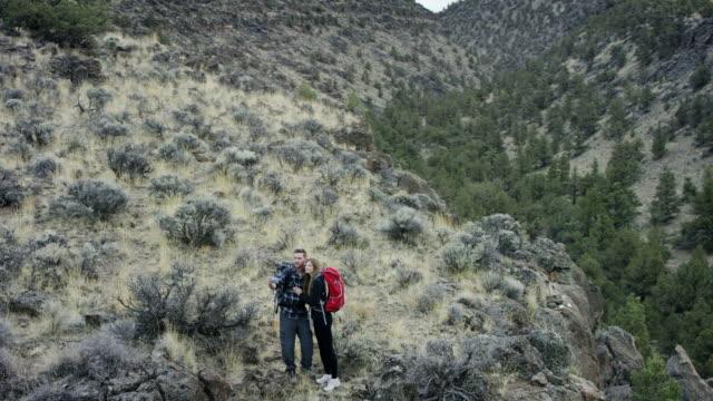 Wandern paar Wandern in einem canyon wilderness nimmt eine selfie
