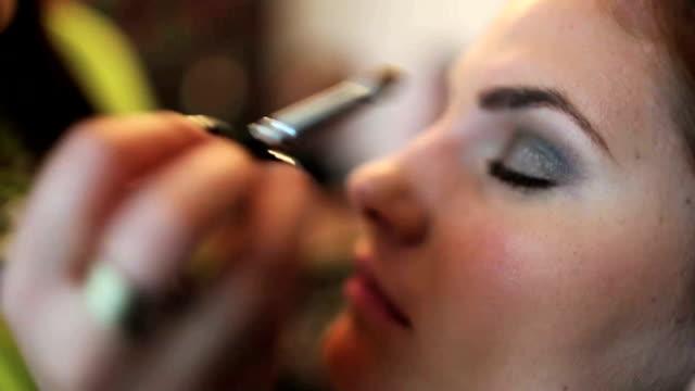 Backstage schöne Frau bekommt Ihr Make-up