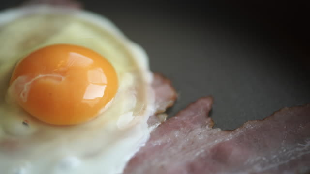 how to cook bacon and eggs in a frying pan