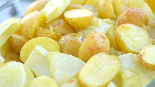 gebakken gesneden aardappelen en courgette