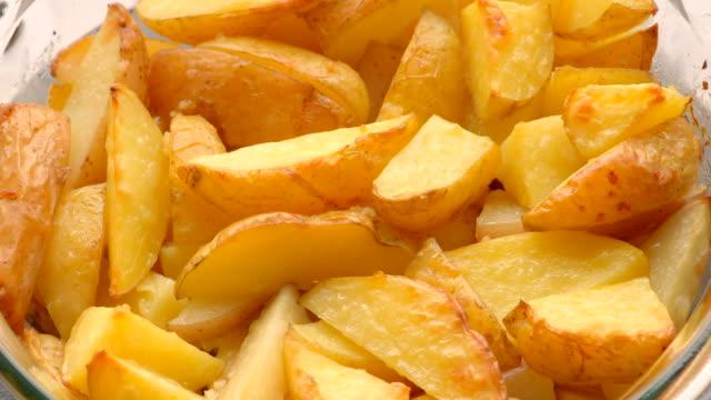gebakken gesneden aardappelen op de plaat