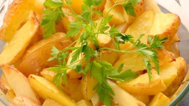 gebakken gesneden aardappelen met takje peterselie