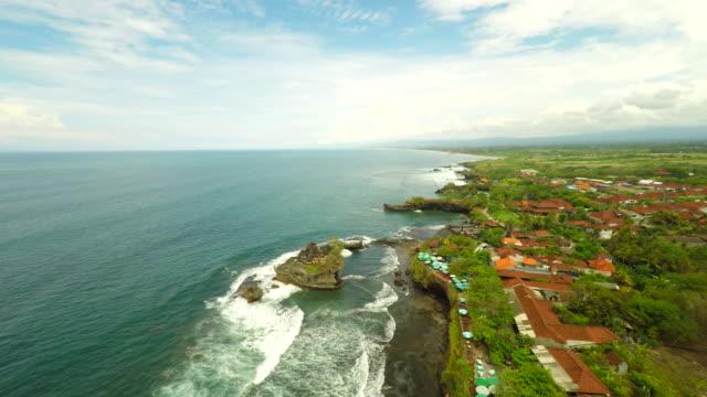 Veduta aerea della costa lungo Balinese, Tempio di Tanah Lot