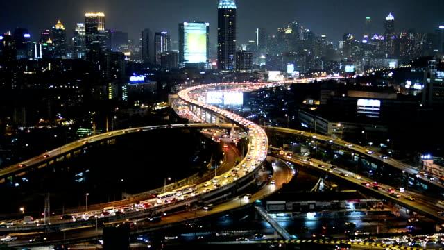 Bangkok stadsverkeer bij nacht of Twilight, luchtfoto van Expressway of autosnelweg in Thailand.