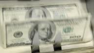 Bank Geldzählmaschine mit 100,-US-Dollar Rechnungen