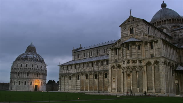 T/L WS Baptistery of St John and Duomo Santa Maria Assunta at dusk, Piazza del Duomo, Pisa, Tuscany, Italy