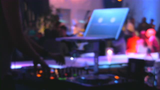 Bar, pub, ristoranti e night club. Grande gruppo di persone Andare in discoteca.