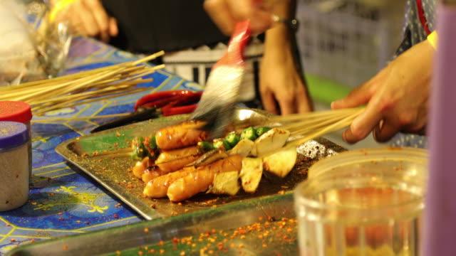 Grill på nattmarknaden i Thailand