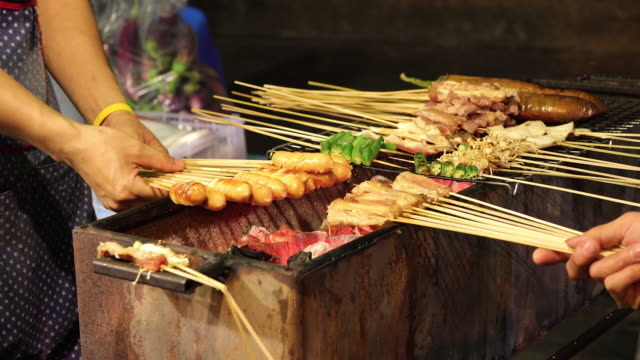 Barbecue am Nachtmarkt in Thailand