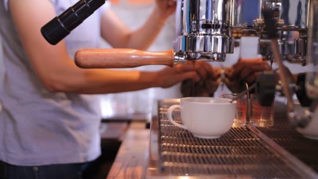 Barista fare una tazza di caffè