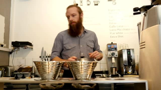 Barista koffie maken in café winkel