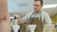 Barista bereitet Kaffee