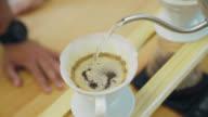 Barista bereidt koffie