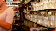 Barista Arbeiten im Coffee Shop (4 k UHD zu/HD)