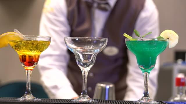 Barkeeper macht cocktail bei Nacht club.
