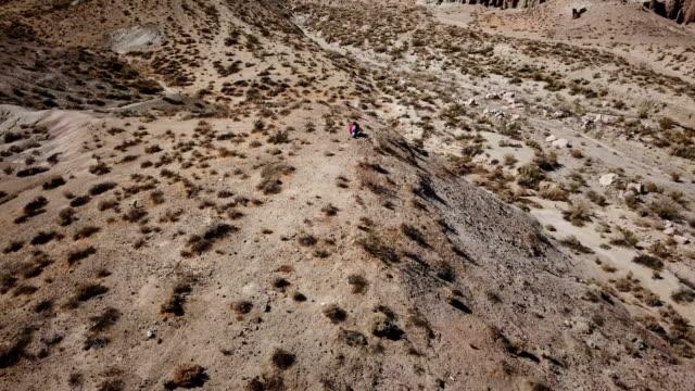 Barren heuvels in dorre woestijn wildernis