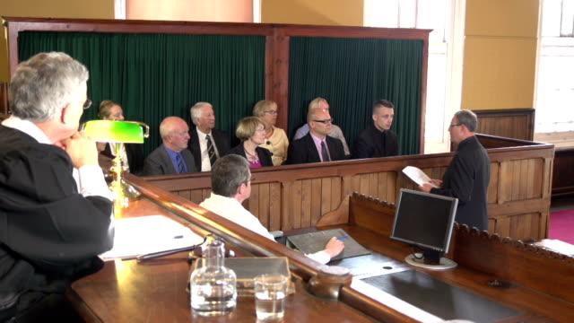 """Das Restaurant """"Barrister sprechen im Gerichtssaal Jury-Crane Shot"""