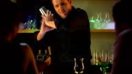 HD: Barkeeper mixen Cocktails