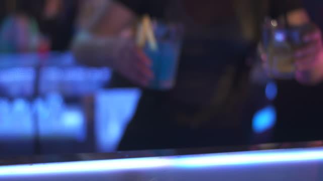 HD: Barkeeper übergeben Gläser Getränke