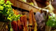 Basilikum-Pflanze im Container in Küche