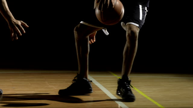Basketballspieler Dribbeln einen Ball