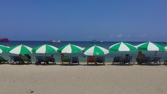 Strandstoelen op zomer op Paradise Island