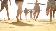 Zeitlupe-Freunde-Gruppe Laufen am Strand