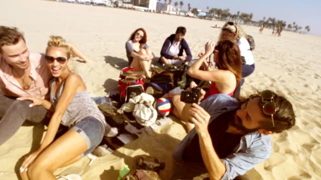 Zeitlupe-Gruppe von Freunden, Schülern Strand