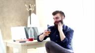 Slip a vita bassa con barba è Ubriaco al lavoro in ufficio