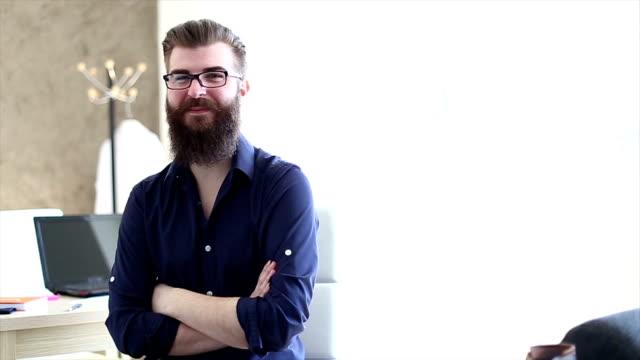 Bärtiger hipster student, ein Vorstellungsgespräch für eine Stelle