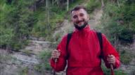 Bärtiger Mann Wanderer posiert mit Rucksack