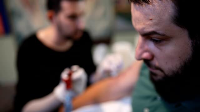 Bärtiger Mann in Tattoo-studio