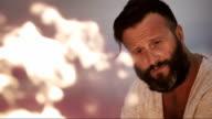 SLO MO, bärtiger Mann, ein Blick in das Feuer und pondering