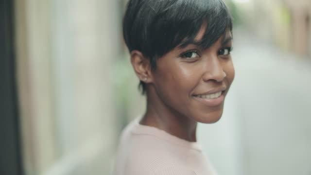 Mooie zwarte vrouw slowmotion video portret