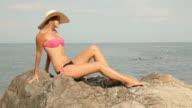 Schönen blonden in Hut Sonnenbaden am Strand
