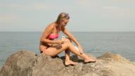 Schönen blonden Sonnenbaden am Strand
