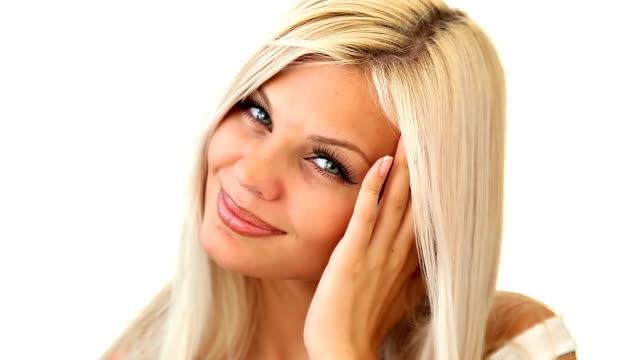 Schöne blonde Frau macht Augen in die Kamera.