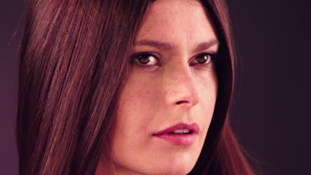 Mooie brunette gooien haar lange haren