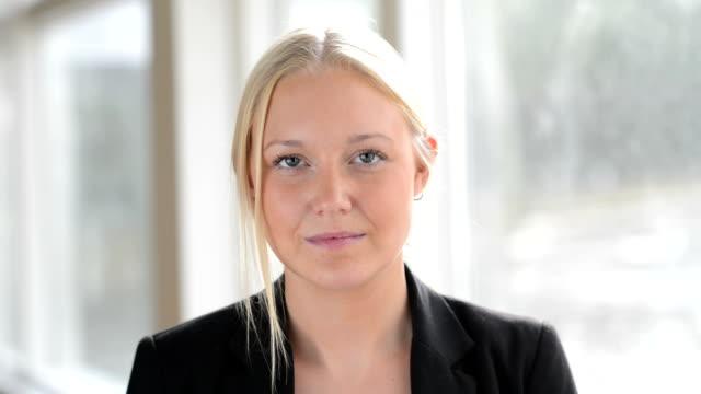 Schöne business-Frauen Erwachsenen Kopf schütteln