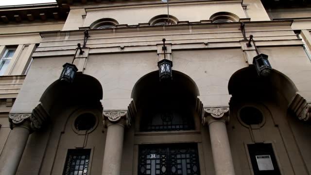 Schöne Säulen an der Fassade des historischen Gebäudes