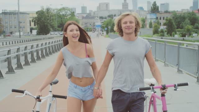 Bella coppia sulla bicicletta in città