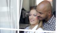 Bella coppia, Guardare fuori dalla finestra