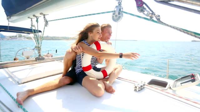 Schönes paar entspannenden auf einer yacht-Kreuzfahrt