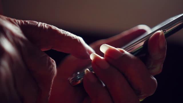 Schöne weibliche ältere Hände mit smartphone Nahaufnahme