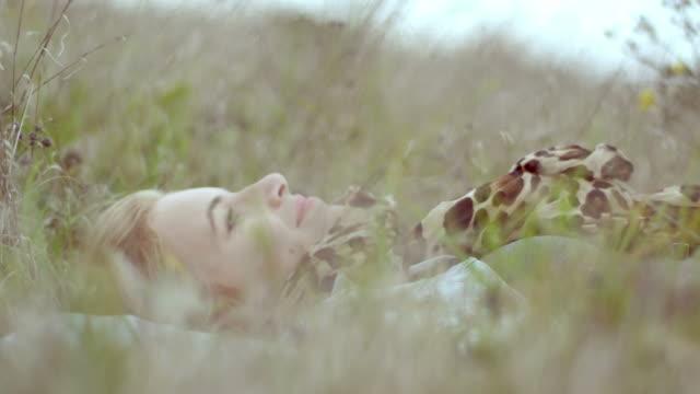 Schöne Mädchen auf der Wiese liegen
