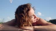 schöne Mädchen Sonnenbaden am Ufer Sees