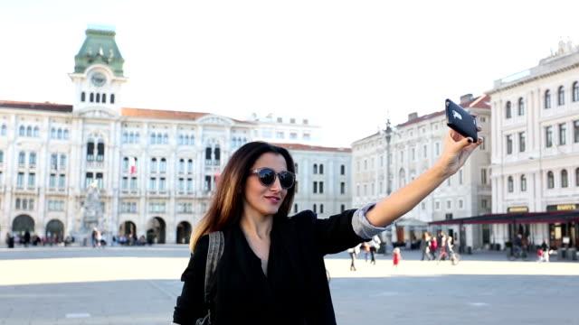 Bella ragazza prendendo un selfie a Trieste, Italia